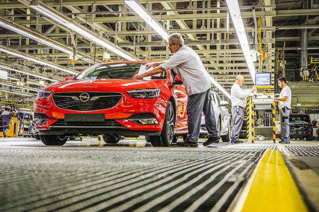 Opel Insignia Grand Sport  Nowa Insignia Grand Sport jest oferowana w cenie katalogowej od 99 900 zł, natomiast wersja kombi Sports Tourer w cenie od 103 900 zł (sugerowane ceny detaliczne wersji Enjoy z silnikiem benzynowym 1.5T o mocy 103kW/140KM z VAT w Polsce).  Fot. Opel