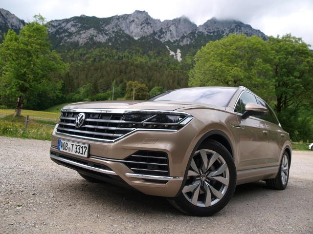Volkswagen Touareg   Standardem jest napęd obu osi 4Motion, wykorzystujący elektronicznie sterowany mechanizm różnicowy Torsen. Z 3-litrowym turbodieslem występuje 8-biegowa, automatyczna skrzynka firmy ZF. Można nią sterować ręcznie za pomocą łopatek pod kierownicą.  Fot. Michał Kij