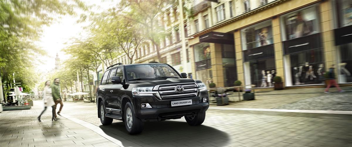 Toyota Land Cruiser V8   Auto dysponuje silnikiem V8 o pojemności 4,6 l, mocy 318 KM i maksymalnym momencie obrotowym 460 Nm, współpracującym z automatyczną 6-biegową skrzynią biegów. Zapewnia przyspieszenie od 0 do 100 km/h w 8,6 s.  Fot. Toyota