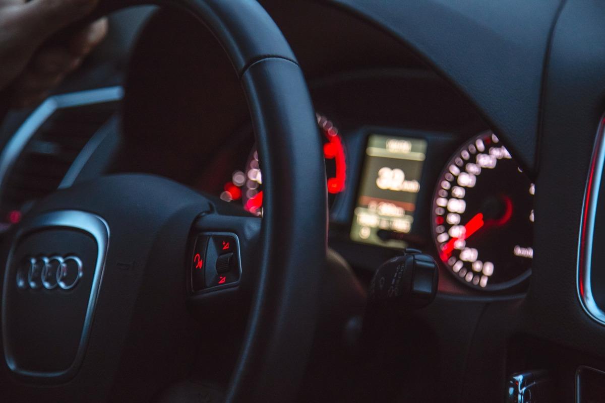 W 2019 roku kierowcy BMW za obowiązkowe ubezpieczenie komunikacyjne płacili średnio 896 zł, a właściciele Audi 794 zł. Dla porównania dwie najtańsze w ubezpieczeniu marki to Skoda i Renault, których użytkownicy płacili kolejno 614 i 619 zł. Biorąc pod uwagę średnią cenę polisy w 2019 roku (689 zł), kierowcy wspomnianych niemieckich pojazdów płacili o 207 i 105 zł więcej.   Fot. Audi