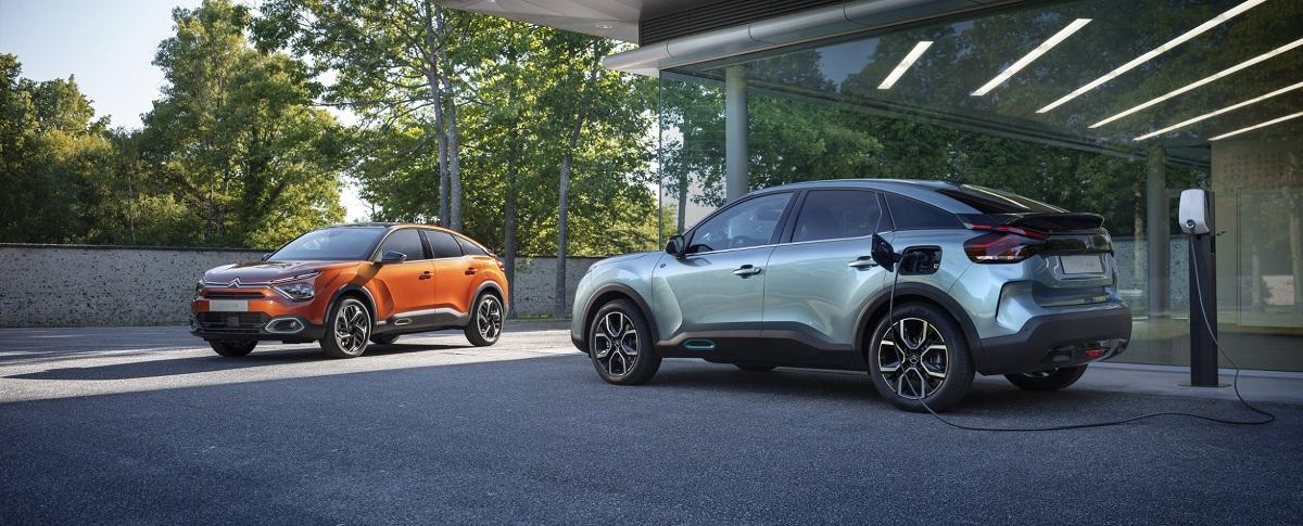 Citroën kontynuuje ofensywę elektryfikacyjną w 2020 r., od dziś skupiając uwagę na segmencie kompaktowych hatchbacków – publikując pierwsze zdjęcia nowego ë-C4 – 100% ëlectric i nowego C4. Premiera 30 czerwca.   Fot. Citroen