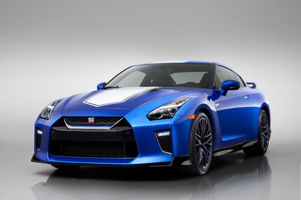 Nissan GT-R 50th Anniversary Edition   Samochody z edycji specjalnej będą dostępne trzech tradycyjnych, dwubarwnych wersjach kolorystycznych. Nawiązują one do kolorów, w jakich GT‑R pojawiał się w wyścigach japońskiej serii GP, z myślą o której został zaprojektowany pierwszy GT‑R.  Fot. Nissan