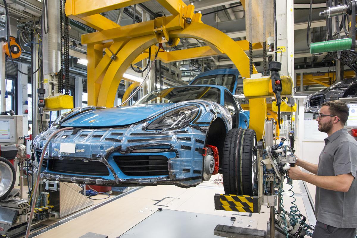 Porsche 718 Cayman  Produkcja wszystkich dwudrzwiowych aut sportowych w siedzibie Porsche do sierpnia wzrośnie do około 240 sztuk dziennie. Obecnie każdego dnia z taśm montażowych w zakładach w Zuffenhausen zjeżdża ponad 220 pojazdów. W roku obrotowym 2015 firma dostarczyła 22 663 egzemplarze modeli Boxster i Cayman (2014: 23 597 sztuk).  Fot. Porsche