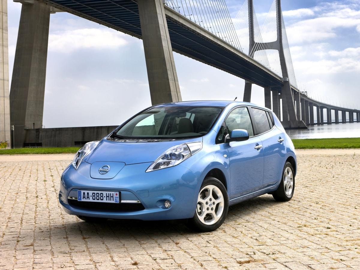 Elektromobilność to nieunikniona droga rozwoju motoryzacji. W Motofaktach przedstawiamy jeden z tańszych sposobów, by na nią wejść. Oto używany Nissan Leaf pierwszej generacji.  Fot. materiały prasowe