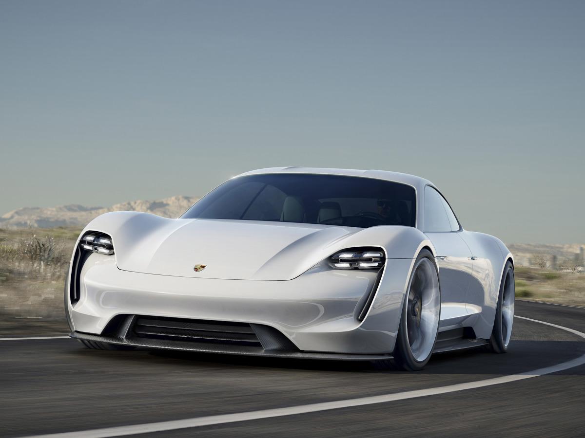 Podczas tegorocznych targów we Frankfurcie w 2015 roku Porsche pokazało model Mission E, który jest zapowiedzią nowego auta. Ma ono dysponować mocą 600 KM, rozpędzać się do 250 km/h i ładować się w... zaledwie 15 minut / Fot. Porsche