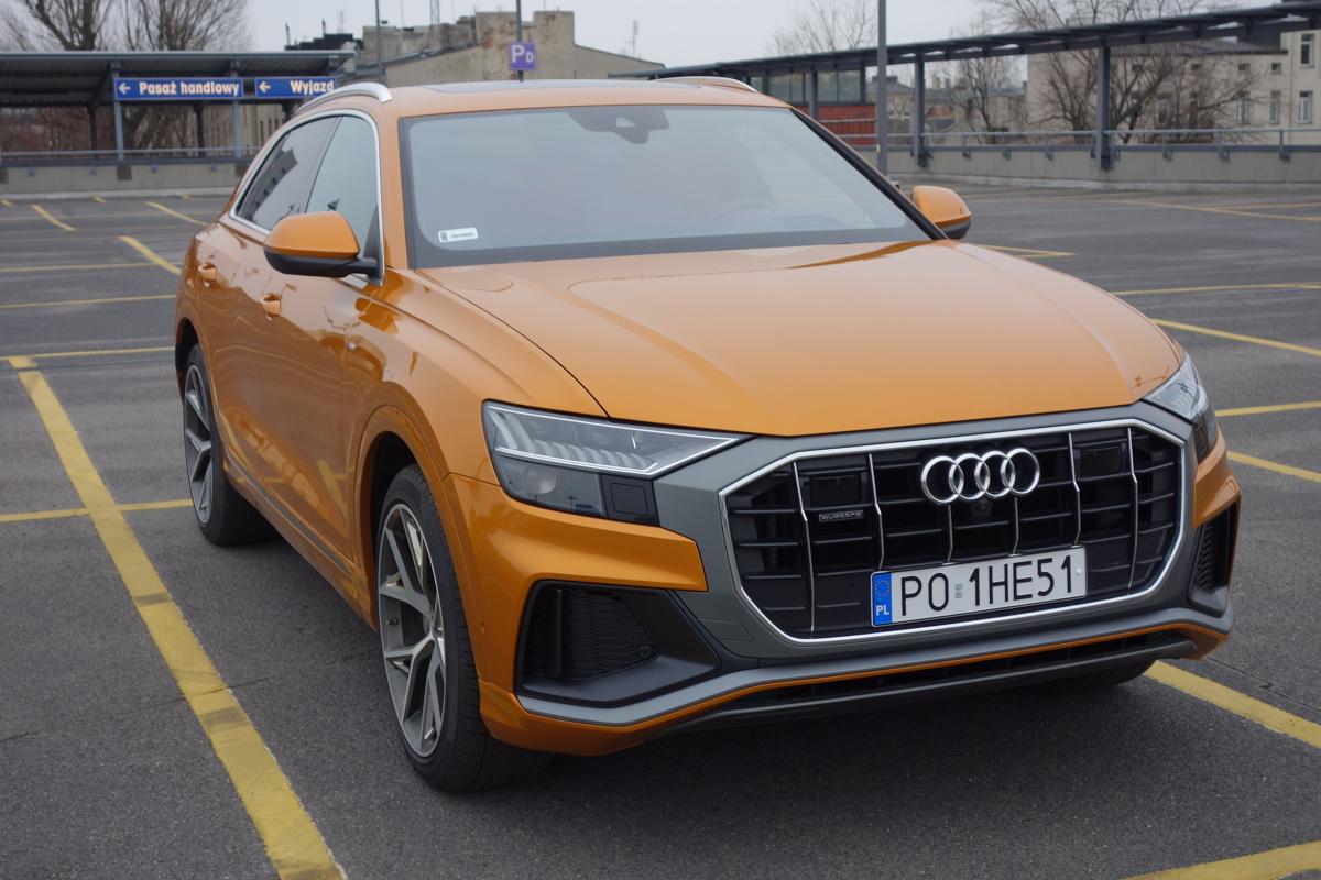 Audi Q8   Najtańsza wersja tego modelu kosztuje 369 tys. złotych. Jednak lista opcji, dodatkowego wyposażenia oraz specjałów z grupy Audi exclusive jest tyle, że możemy bez obaw zwiększyć ją dwukrotnie. Testowany egzemplarz wyceniono na około pół miliona złotych  Fot. Ryszard M. Perczak