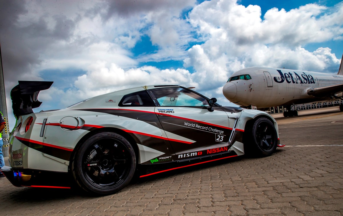 NISSAN GT‑R NISMO  Nissan ustanowił rekord Guinnessa w kategorii driftu z najwyższą prędkością. Specjalnie przygotowany NISSAN GT‑R NISMO z roku modelowego 2016 wszedł w poślizg kontrolowany przy prędkości 304,96 km/h.  Fot. Nissan