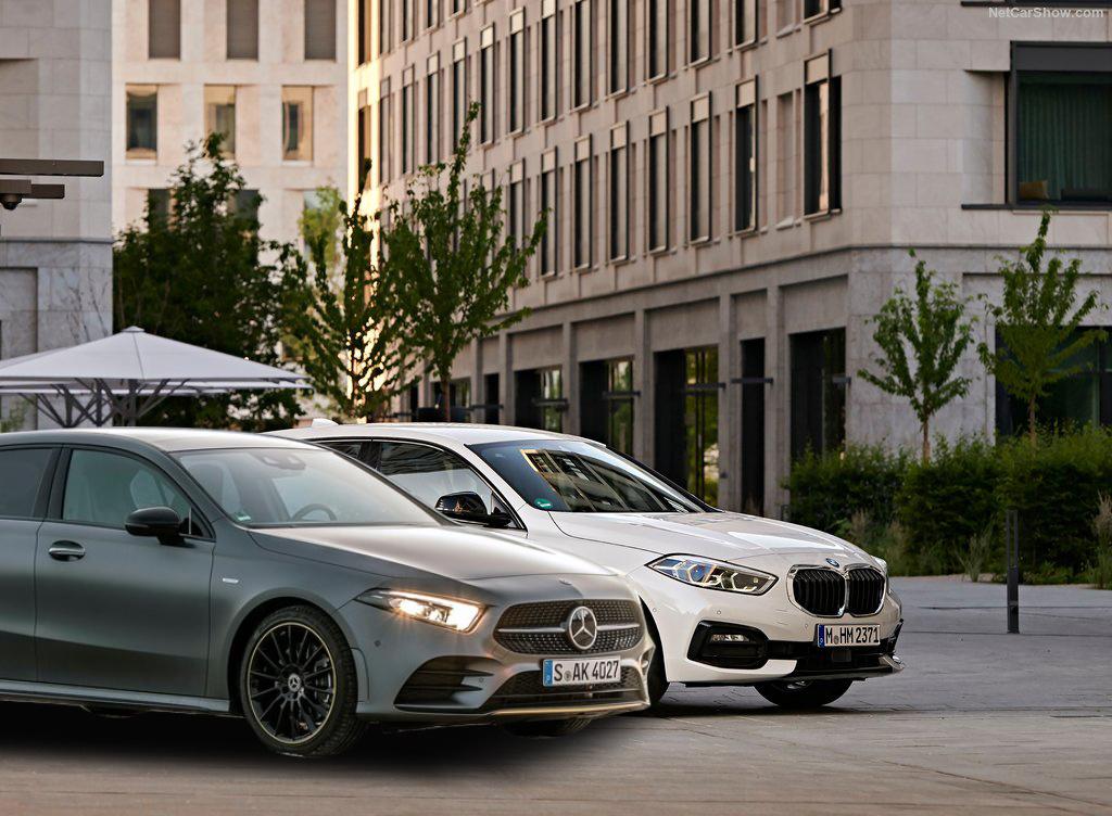 """Wielu kierowcom samochód kompaktowy kojarzy się z niedrogim autem """"do wszystkiego"""". Wielu użytkowników korzysta z tego typu auta jak z samochodu rodzinnego, bowiem nowe modele oferują sporo miejsca. Są jednak i tacy, którzy chcą w kompaktowych wymiarach zamknąć cechy modeli z segmentu premium. Czy to możliwe? Uprzedzając fakty – tak i pokazujemy to na przykładzie BMW Serii 1 i Mercedesa Klasy A. Fot. Archiwum"""