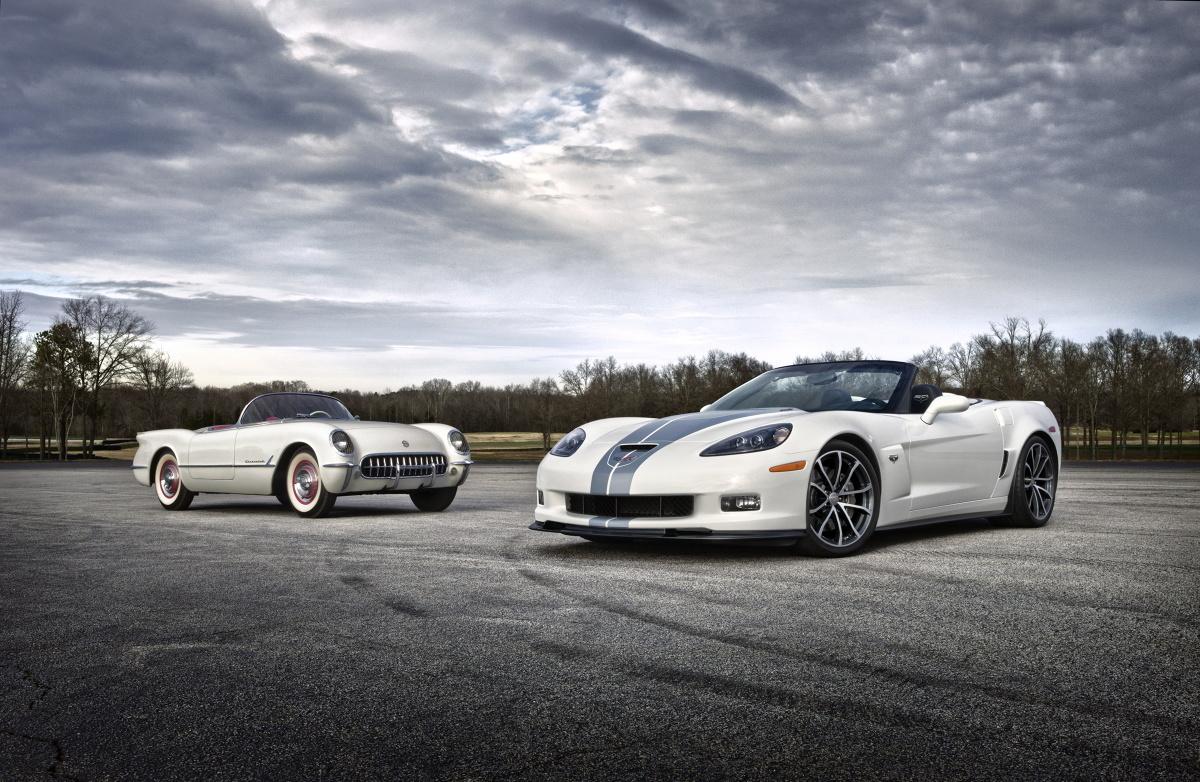 Pierwszego Chevroleta Corvette – czyli koncepcyjną wersję XP-122 Motorama – oraz najnowszy model – 2013 Corvette 427 Collector Edition Convertible – dzieli sześćdziesiąt lat rozwoju motoryzacyjnego, Fot: Chevrolet
