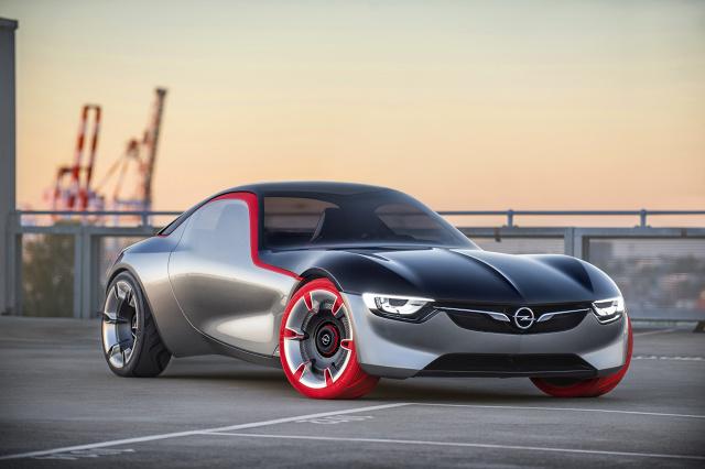 Opel GT Concept będzie miał swoją światową premierę na 86. Międzynarodowym Salonie Motoryzacyjnym w Genewie (3–13 marca 2016 r.). Sportowy pojazd z silnikiem umieszczonym za przednią osią i napędem na tylne koła jest bezpośrednim następcą modeli Opel GT i Monza Concept oraz nową interpretacją koncepcji stylistycznej firmy Opel / Fot. Opel