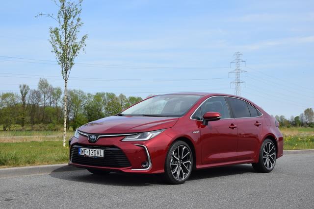 Toyota Corolla   Nadwozie ma 4,63 m długości, 1,78 m szerokości, a rozstaw osi wynosi 2,70 m. Bagażnik ma pojemność 471 l. Zupełnie od nowa stworzono wnętrze. Kierowcę otacza zaprojektowana ze smakiem deska rozdzielcza, która w wyższych wersjach wyposażenia jest obszyta miłą dla oka i dłoni sztuczną skórą. Wysoko ustawiony ekran systemu info-rozrywki z pokrętłami i przyciskami jest przyjazny w obsłudze.  Fot. Marcin Rejmer
