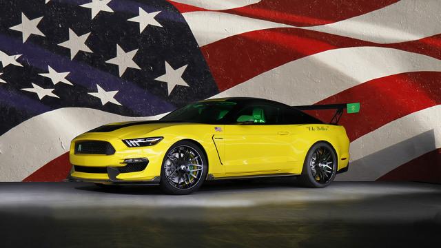 """Ford """"Ole Yeller"""" Mustang  Bazą do stworzenia pojazdu stał się Ford Mustang Shelby GT350. Inspiracja był natomiast słynny amerykański pilot Bob Hoover i jego P-51D Mustang.  Fot. Ford"""