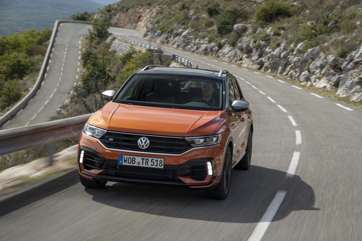"""Wielu producentów korzysta z okazji i w momencie, gdy obecna generacja Volkswagena Golfa powoli schodzi z rynku w oczekiwaniu na następcę, promuje swoje modele i stara się wzbić na wyżyny w segmencie C. Ba! Nawet w obrębie Volkswagena jest model, który może okazać się świetną alternatywą dla topowego Golfa i dopóki nie pojawi się Golf R nowej generacji, a na to pewnie przyjdzie nam poczekać, to T-Roc R przejmie pałeczkę lidera w kategorii """"najgorętszy model w ofercie"""".   Fot. VW"""