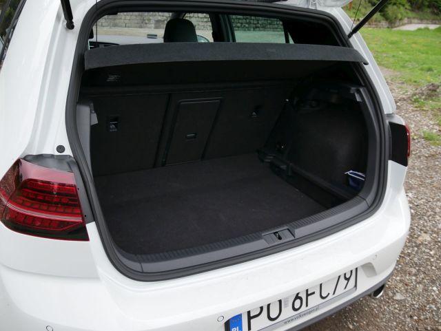 Pierwszy Volkswagen Golf GTI, czyli Gran Turismo Injection, zadebiutował 42 lata temu. Miał zaledwie 110 KM i rozpędzał się do 182 km/h. Najnowsza generacja osiąga 245 KM, setkę rozwija w 6,2 sekundy i ma wszelkie zadatki, by rozdawać karty wśród hot hatchy. Możliwości auta mieliśmy okazję sprawdzać w trakcie jazd na krętych trasach rajdu Monte Carlo.   Fot. Bartłomiej Pobocha