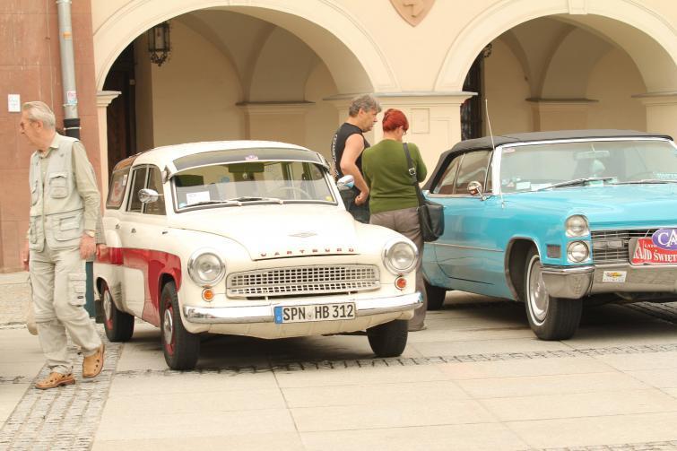 Klasyki motoryzacji na kieleckim rynku – zobacz zdjęcia