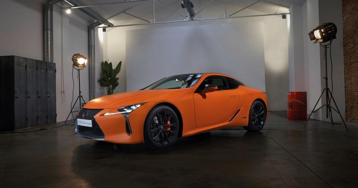 Lexus LC 500h Matte Prototype  Napęd hybrydowy oparty na 3,5-litrowym, 24-zaworowym silniku V6 DOHC z układem zmiennych faz rozrządu rozwija moc 359 KM i rozpędza LC do 100 km/h w 5 s.  Fot. Lexus