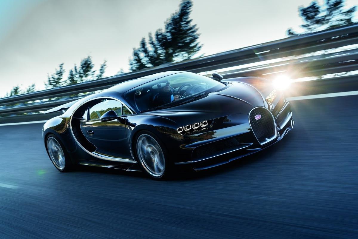 Bugatti Chiron  Sercem hipersamochodu jest umieszczony centralnie motor W16 o pojemności 8 litrów z poczwórnym doładowaniem. Moc 1500 KM dostępna jest przy 6700 obr./min., a 1600 Nm maksymalnego momentu obrotowego pojawia się w przedziale 2000-6000 obr./min.   Fot. Bugatti