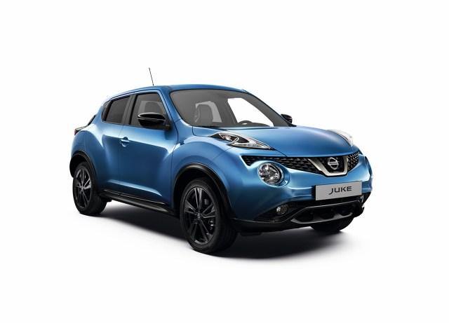 Nissan Juke   Dzięki zmianom przód Nissana Juke zyskał nowocześniejszy wygląd. Wprowadzono między innymi nową osłonę wlotu powietrza (z motywem litery V) w kolorze ciemnego chromu, ciemniejsze oprawy reflektorów oraz ciemne klosze kierunkowskazów w lusterkach bocznych. Dodatkowo światła przeciwmgłowe w technologii LED są obecnie standardem od wersji Acenta.  Fot. Nissan