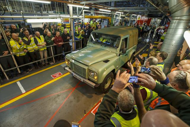 Land Rover Defender   Ostatni egzemplarz kultowej terenówki zjechał z linii montażowej fabryki w Solihull 29 stycznia 2016 roku.  W uroczystym pożegnaniu Defendera wzięło udział 700 aktualnych i byłych pracowników Land Rovera.  Fot. Land Rover
