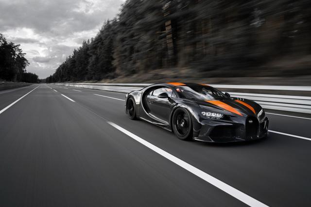 Bugatti Chiron   Andy Wallace za kierownicą specjalnej wersji Bugatti Chiron, rozpędzał auto na torze Ehra-Lessien. To tor testowy Volkswagena w Niemczech.   Fot. Bugatti