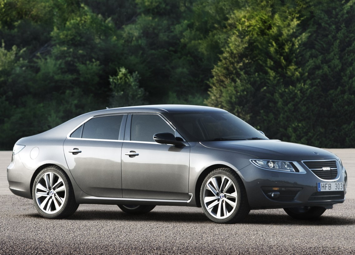 Druga generacja Saaba 9-5 miała być kluczem do odrodzenia marki, receptą na głęboki kryzys i gdy w 2010 roku auto wchodziło na rynek mało kto się spodziewał, że przetrwa zaledwie dwa lata. Szwedzki producent nie zdążył nawet wprowadzić pięknej wersji kombi, gdy w 2012 musiał zakończyć swoją działalność. Jak dziś prezentuje się ostatni model, który wyjechał z fabryki w Trollhattan?  Fot. Saab
