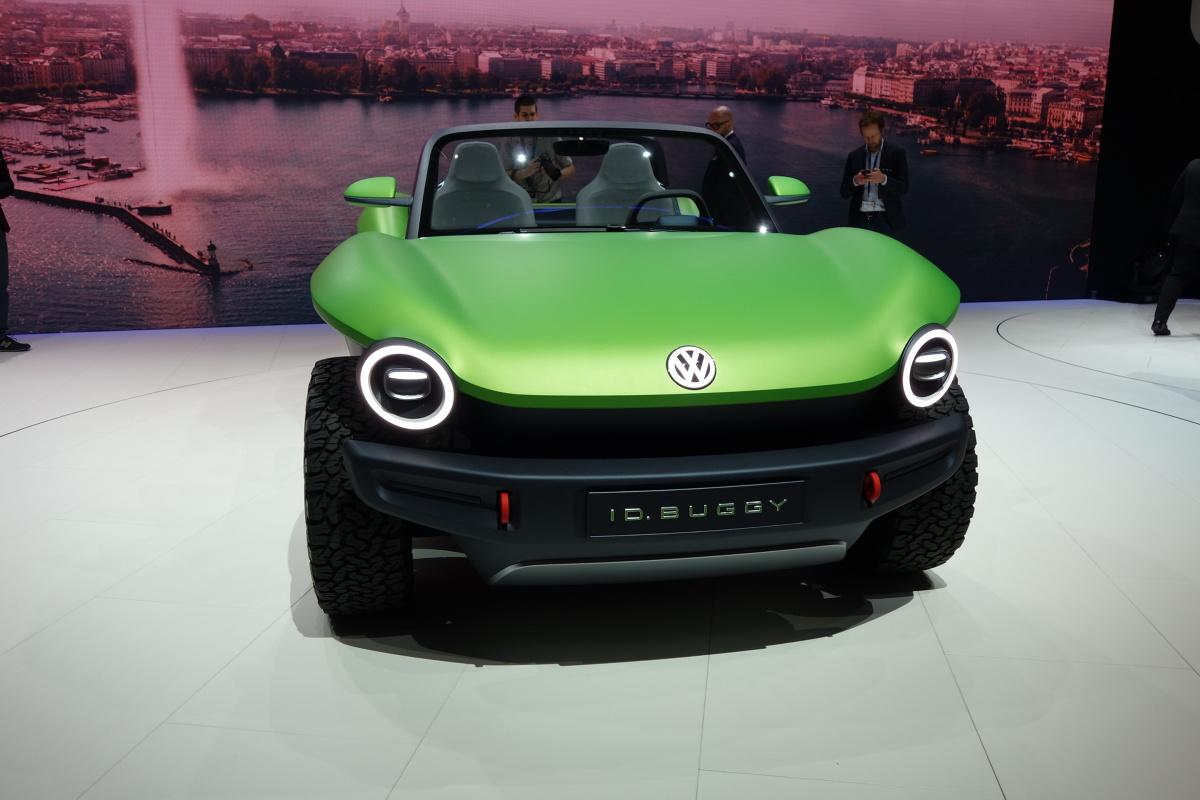 Volkswagen ID. BUGGY  ID. BUGGY to kolejny pojazd skonstruowany w oparciu o platformę MEB służącą do budowy samochodów zasilanych energią elektryczną. Oszczędna stylistyka studyjnego elektrycznego auta jest współczesną interpretacją stylu plażowych buggy, jakie w latach 60. i 70. cieszyły się wielką popularnością w USA.  Fot. Ryszard M. Perczak