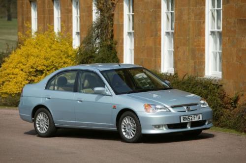 Fot. Honda: Honda Civic IMA ma nadwozie typu sedan. Pojazd napędzany jest silnikiem benzynowym o pojemności 1,3 l i mocy 83 KM wspomaganym silnikiem elektrycznym podczas przyspieszania. Gdy pojazd hamuje, energię odzyskuje silnik elektryczny pełniący rolę
