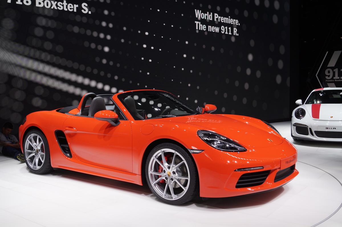Porsche 718 Boxster  4-cylindrowy, 2-litrowy silnik typu bokser z turbodoładowaniem dostarcza 300 KM i 380 Nm. Porsche 718 Boxster S napędzane jest natomiast za pomocą jednostki o pojemności 2,5 l.   Fot. Tomasz Szmandra
