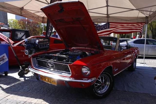 21 kwietnia, w sobotnie południe, centrum Warszawy zostało opanowane przez ponad 350 Fordów Mustangów. W ten sposób właściciele wraz z kilkunastoma tysiącami odwiedzających świętowali X ogólnopolski zlot Forda Mustanga.  Fot. Szymon Starnawski