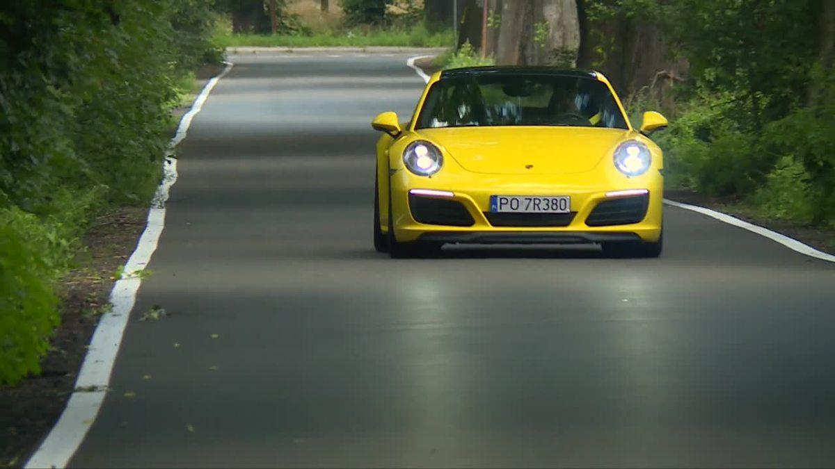 Porsche 911 Carrera 4S  Poza nowymi trójwymiarowymi światłami, od poprzedniej generacji nową 911-tkę można odróżnić po podwójnej końcówce wydechu oraz dwóch otworach w tylnym zderzaku.  Fot. TVN Turbo/x-news