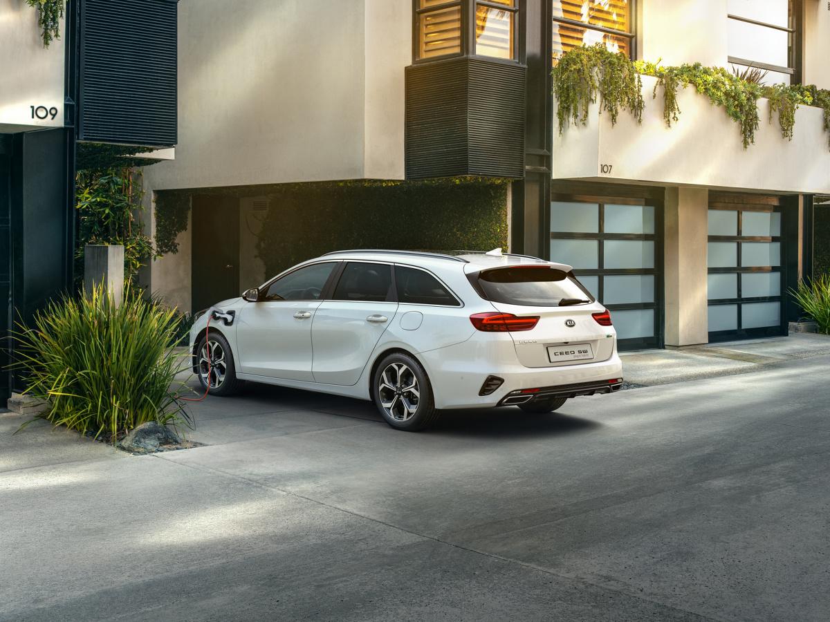 Już można zamawiać pierwsze hybrydowe modele marki Kia w segmencie samochodów kompaktowych. Ceed kombi i XCeed dostępne jako hybrydy typu plug-in są kolejnym krokiem Kia Motors w kierunku elektryfikacji jej aut.   Fot. Kia