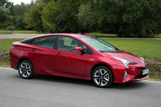 Hyundai Ioniq kontra Toyota Prius. Hybrydowy pojedynek  Dawno minęły czasy, gdy samochody hybrydowe miała tylko Toyota. Dzisiaj takie auta oferuje wiele firm. Czy dorównują one rynkowym klasykom tego segmentu pokaże porównanie Ioniq'a i Priusa.  fot. Dariusz Dobosz