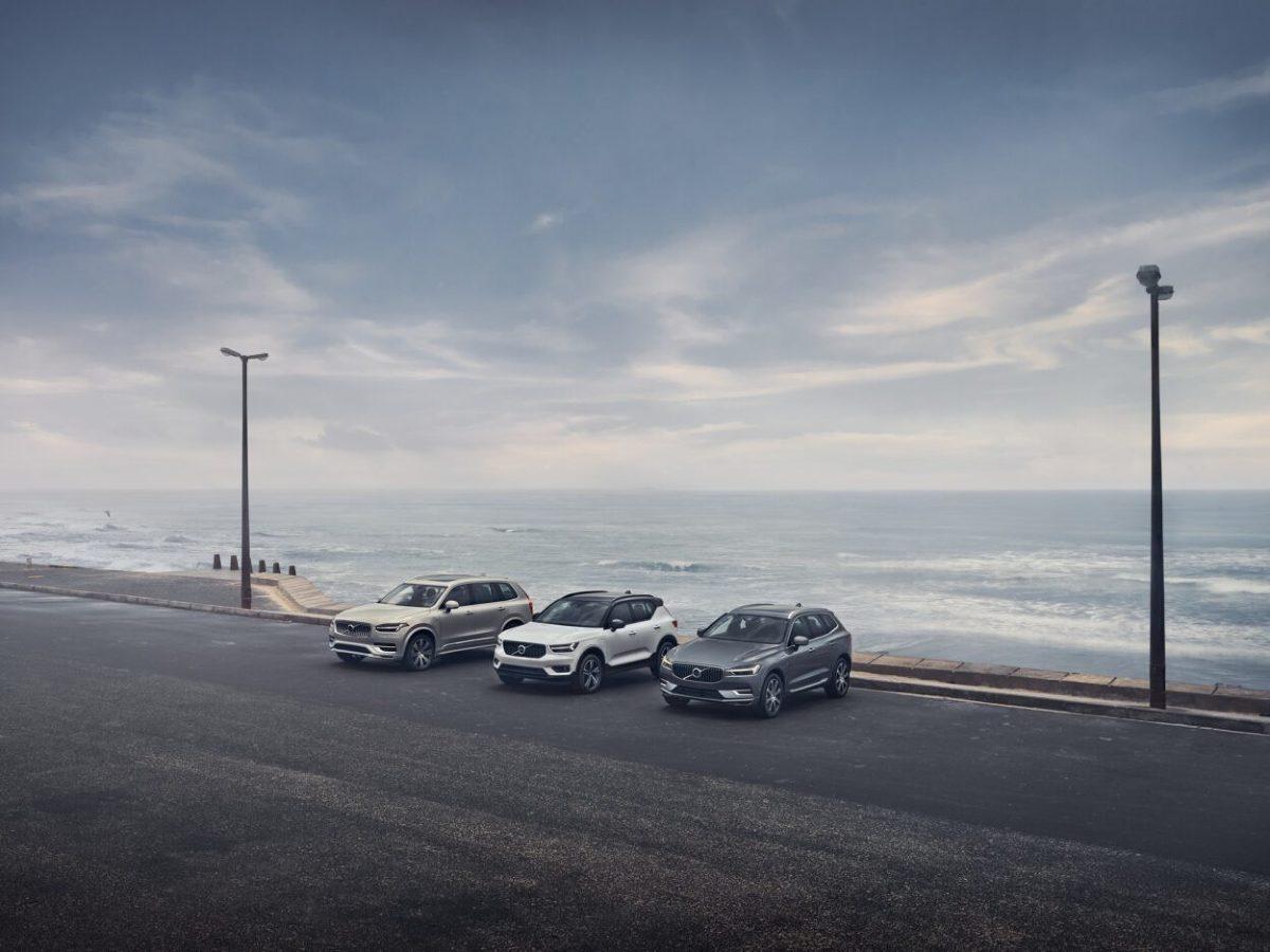 W ramach szerszej aktualizacji portfolio, 48-woltowe hybrydowe jednostki napędowe firmy są teraz dostępne w każdym modelu Volvo, co dodatkowo zwiększa zelektryfikowaną ofertę firmy. Jeśli chodzi o wygląd zewnętrzny, projektanci Volvo wprowadzili szereg udoskonaleń zarówno z przodu, jak i z tyłu S90 i V90, w tym nowe światła przeciwmgielne, nowy wygląd spojlera i nowy przedni zderzak.   Fot. Volvo