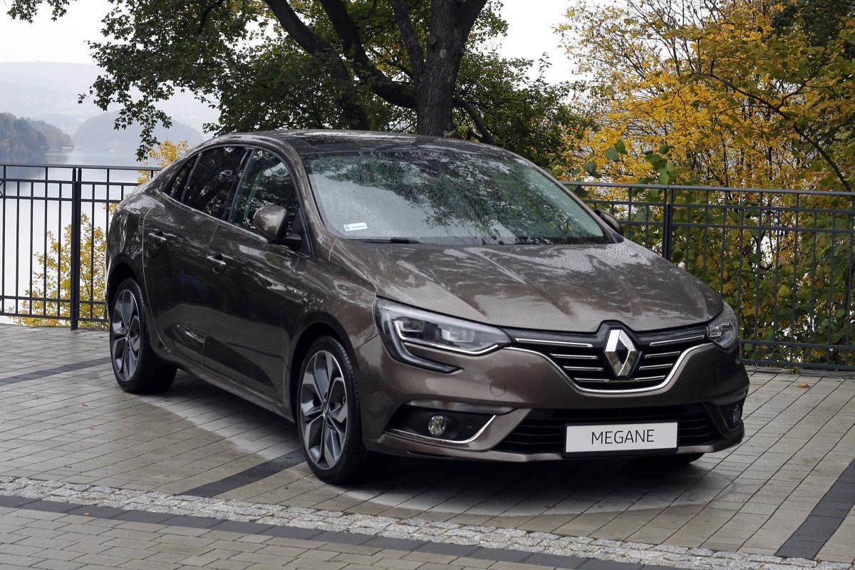 Renault Megane GrandCoupe  Cennik otwiera benzynowiec 1.6 SCe o mocy 115 KM, z manualną skrzynią biegów, za 61 900 zł. Mocniejsza wersja benzynowa 1.2 TCe ma 130 KM i dwusprzęgłową przekładnię zautomatyzowaną EDC. Najtańszy, 90-konny turbodiesel dCi 90 (1.5 l) kosztuje 69 900 zł.   Fot. Dariusz Dobosz