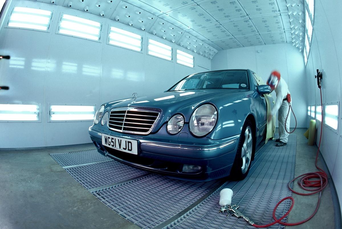 Kiedyś zmiana koloru samochodu była procesem drogim i długotrwałym. Dziś trwa kilka godzin i wystarczy na to 1000 zł, np. jeśli posłużymy syntetyczną gumą do lakierowania.  fot. Mercedes