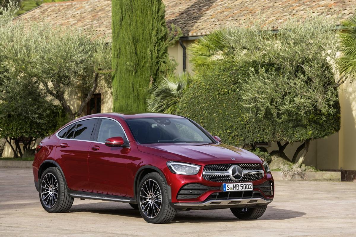 Zaledwie kilka tygodni po premierze kompleksowo zaktualizowanego SUV-a GLC Mercedes-Benz prezentuje odnowionego GLC Coupé. W swoim najnowszym wcieleniu ten cieszący się powodzeniem model umiejętnie łączy sportowy charakter coupé  z funkcjonalnością SUV-a.  Fot. Mercedes