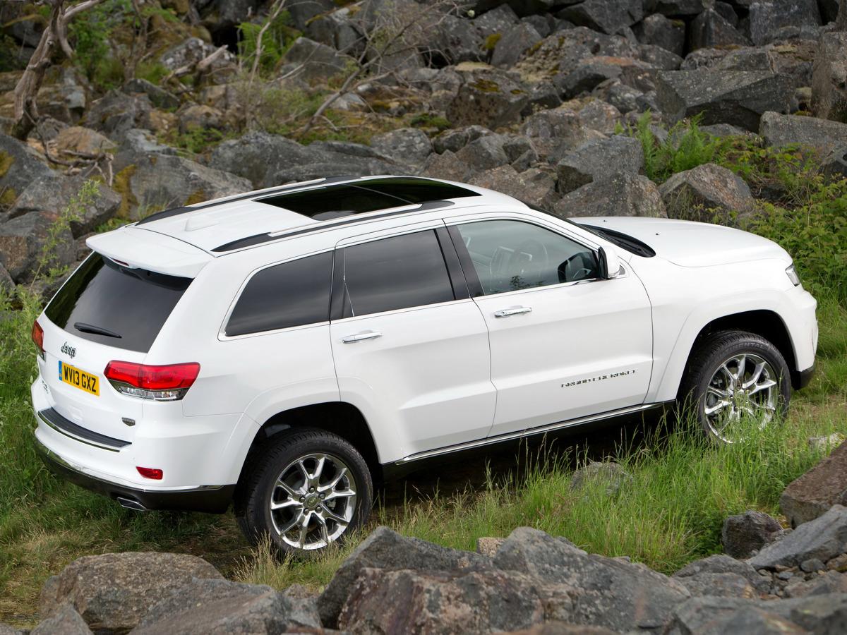 """Jeep Grand Cherokee  Elektronicznie sterowany drążek zmiany biegów może umożliwić stoczenie się pojazdu, jeśli pozostawiono włączony silnik, nie włączono hamulca postojowego i nie ustawiono skrzyni biegów w pozycji """"PARK"""" przed opuszczeniem pojazdu.  Fot. Jeep"""