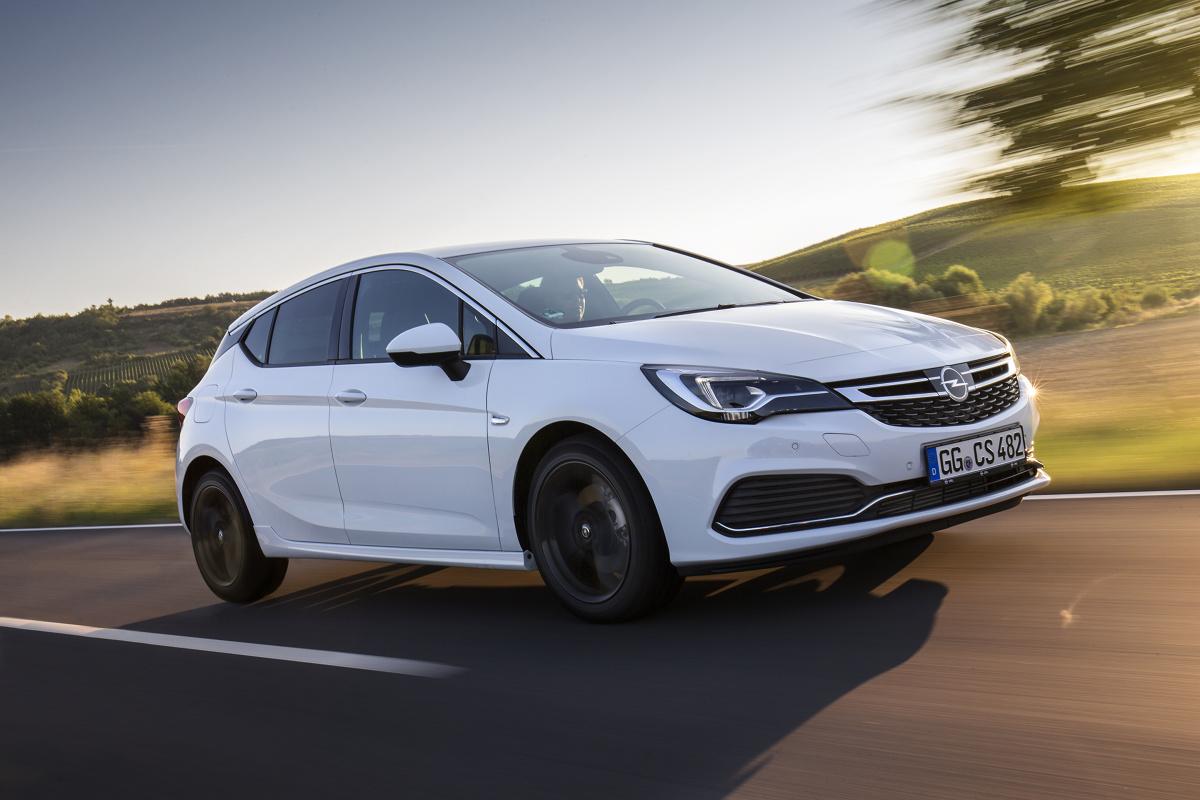 Opel wprowadza najnowszy adaptacyjny tempomat (ACC) do pojazdów kompaktowych. Astra hatchback i Astra Sports Tourer z sześciostopniową automatyczną przekładnią zostały wyposażone w tempomat działający w oparciu o radar i przednią kamerę samochodu.  Fot. Opel