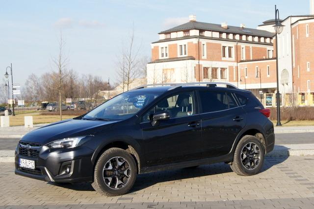 """Moda na styl SUV/crossover sprawiła, że idea samochodu uniwersalnego, którym możemy wygodnie jechać w gorsze tereny, została mocno osłabiona. Obecnie dużo bardziej niż napęd na obie osie liczy się wysoka sylwetka, duże koła i """"terenowe dodatki stylizacyjne"""".   Fot. Bogusław Korzeniowski"""