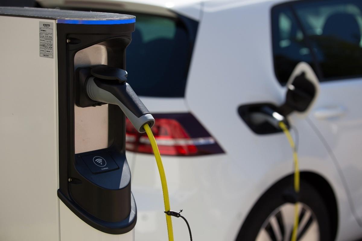 Jak podaje Instytut Badań Rynku Motoryzacyjnego SAMAR, firma Jato Dynamics poinformowała, że w dziewiątym miesiącu bieżącego roku w Europie zarejestrowano więcej nowych osobowych aut elektrycznych - wliczając w to także hybrydy typu plug-in - niż modeli wyposażonych w silnik wysokoprężny. Różnica jest minimalna, ale – jak podaje Jato - oba rodzaje napędu mają po 25% udziału we wrześniowych rejestracjach. To przełomowy wynik.  Fot. Ensto Chargo