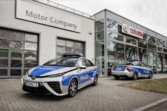 Toyota Mirai  Dwa samochody na wodór powiększyły właśnie flotę radiowozów policji w stolicy Niemiec. Każdy z nich ma zasięg co najmniej 500 km, na który nie wpływa wysoka bądź niska temperatura otoczenia ani inne warunki pogodowe. Samochód zużywa średnio 0,76 kg wodoru na 100 km  Fot. Toyota Deutschland