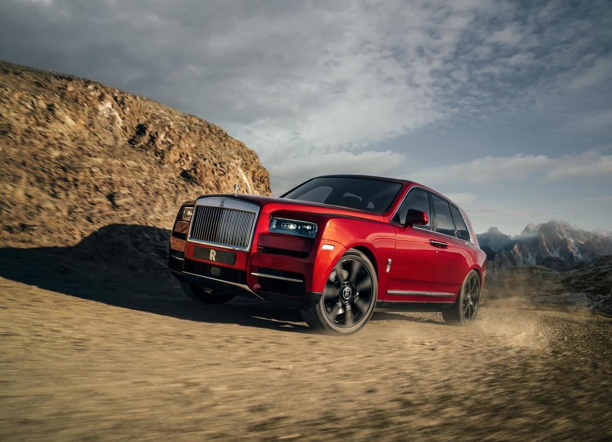 Rolls-Royce Cullinan  Pod maską pracuje 6,75-litrowy silnik V12, który oferuje 563 KM mocy oraz 850 Nm maksymalnego momentu obrotowego. Napęd trafia na cztery koła, a zwrotność mają zapewnić obie skrętne osie.  Fot. Rolls-Royce