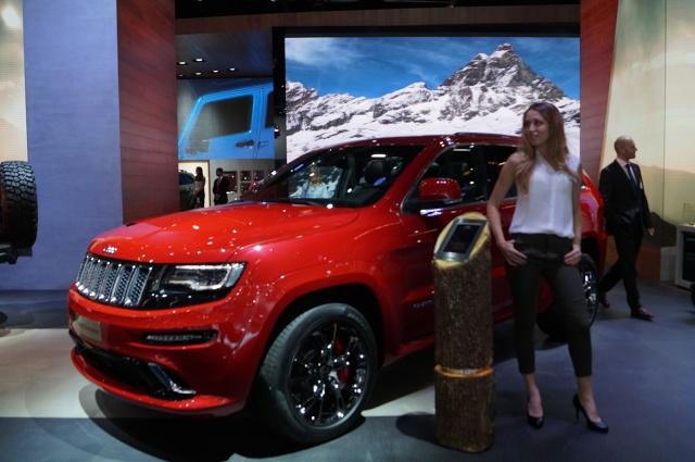 """Jeep na salonie samochodowym we Frankfurcie  Legendarna marka z Ameryki przywiozła do Frankfurtu kompletną gamę modelową. Nie zabrakło kompaktowego Renegade - """"miejskiej terenówki"""", która wyróżnia się z tłumu za sprawą niepowtarzalnej bryły nadwozia. Amatorom większych SUV-ów Jeep proponuje modele Cherokee oraz Grand Cherokee. Drugi z wymienionych jest przykładem fuzji najwyższej jakości wykonania i komfortu na miarę limuzyny z terenową dzielnością.  Fot. Tomasz Szmandra"""