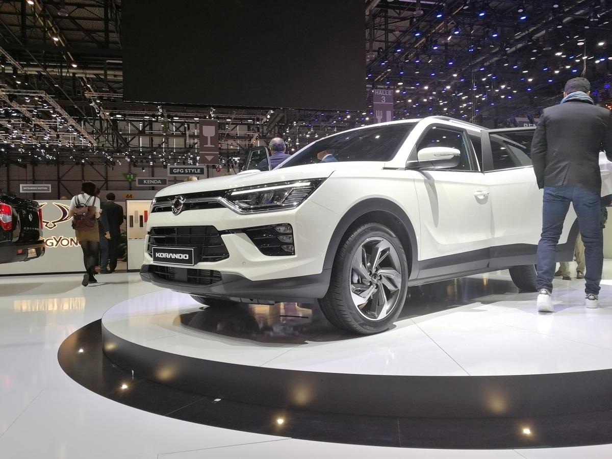 SsangYong Korando   Samochód w momencie premiery będzie wyposażony w jeden z dwóch silników spełniających normy euro 6: zupełnie nowy 1,5-litrowy silnik benzynowy GDI-turbo, lub 1,6-litrowy silnik wysokoprężny. W przyszłości planowany jest także model o napędzie wyłącznie elektrycznym.  Fot. SsangYong
