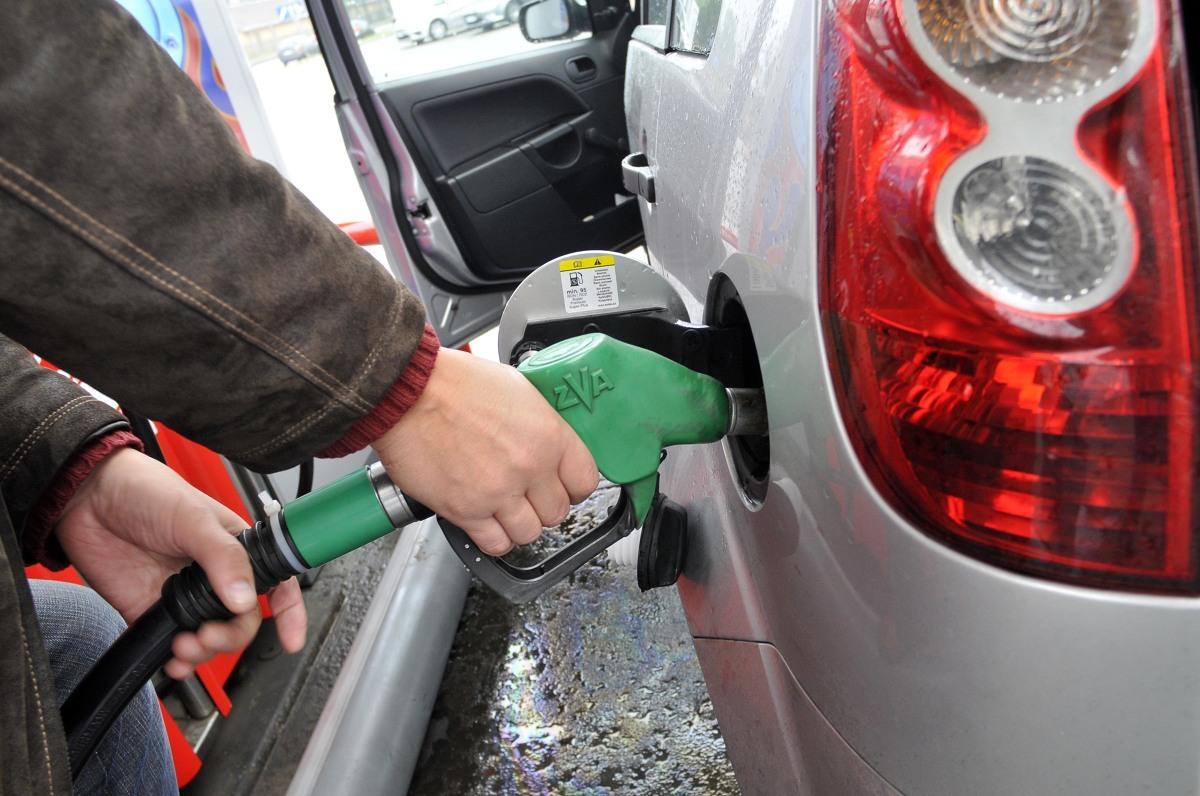 Jak informuje portal e-petrol.pl w miarę wzrastania liczby zakażonych koronawirusem coraz bardziej uzasadniona może być obawa o sytuację gospodarki w Polsce w kolejnych miesiącach – w tym także o możliwy spadek popytu na paliwa. Obecnych spadków cen nie należy jednak bezpośrednio z tym łączyć. Fot. Wojciech Matusik