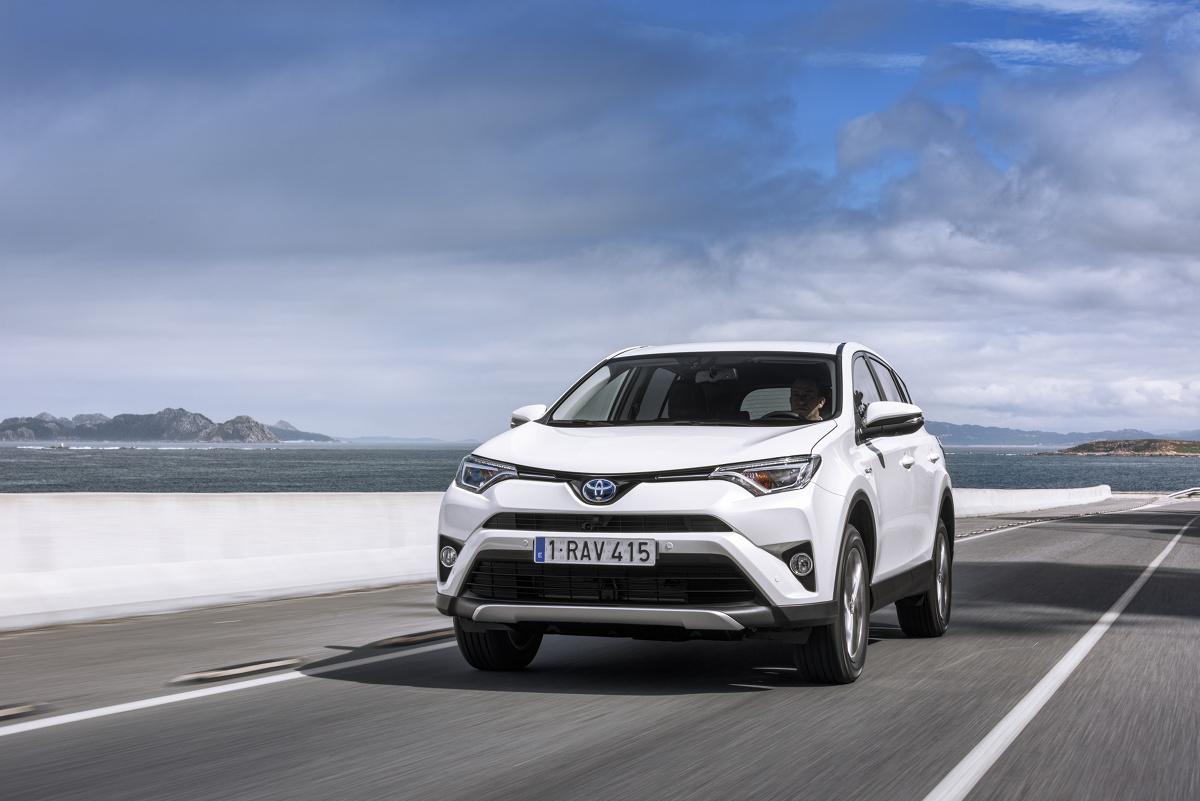 Protoplasta kompaktowych SUV-ów to auto niezwykle popularne na polskim rynku. Niedawno weszła do sprzedaży V generacja Toyoty RAV4 i od samego początku wzbudziła tak duże zainteresowanie klientów, że na odbiór zamówionego egzemplarza trzeba czekać kilka miesięcy. W Motofaktach przyglądamy się schodzącej z rynku odmianie RAV-czwórki i sprawdzamy, które jej wersje są warte uwagi na rynku aut używanych.  Fot. materiały producenta