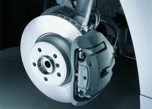 Fot. BMW: Zużycie klocków hamulcowych i tarcz zależy przede wszystkim od stylu i techniki jazdy kierowcy. Ze względu na bezpieczeństwo nie warto oszczędzać na elementach układu hamulcowego.