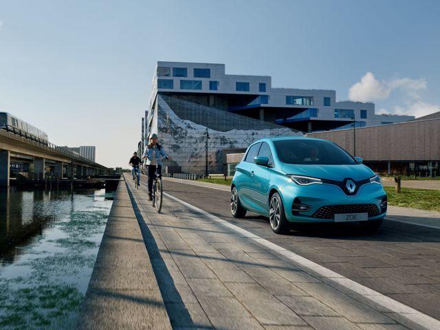 Latem przy drodze można spotkać osoby sprzedające sezonowe owoce czy grzyby. Gwałtowne hamowanie i zjazd na pobocze w celu dokonania zakupu może jednak skończyć się wypadkiem. Pobocza nie należy traktować jako parkingu, ponieważ służy ono również do ruchu pieszych i niektórych pojazdów.  Fot. Renault