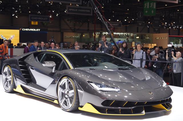 Lamborghini Centenario  Za napęd odpowiada 6,5 l jednostka dostarczająca 770 KM i pozwala do 100 km/h rozpędzić się w 23,5 s. Prędkość maksymalna przekracza natomiast 350 km/h / Fot. Tomasz Szmandra