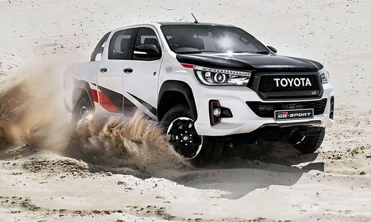 Toyota Hilux GR Sport   Na rynek Republiki Południowej Afryki wchodzi limitowana edycja Hiluxa, firmowana przez Toyota Gazoo Racing, sportowe ramię Toyoty. Pick-up Hilux GR Sport otrzymuje trenowe wyposażenie i profesjonalne oklejenia Gazoo Racing, nawiązujące do prototypowego Hiluxa, który wygrał tegoroczny Rajd Dakar.  Fot. Toyota
